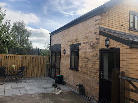 New converted 2 bed coachhouse, village nr Chester