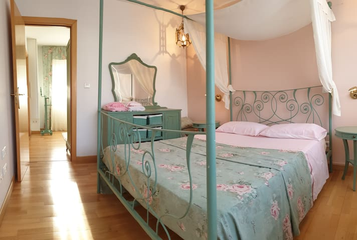 Doble con  baño privado y sala. Chalet zona rural.