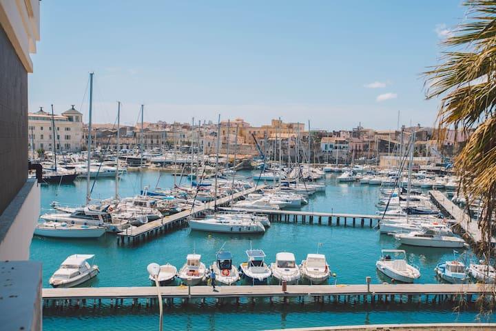 Sweet balcony front Ortigia sea- FREE PARKING -
