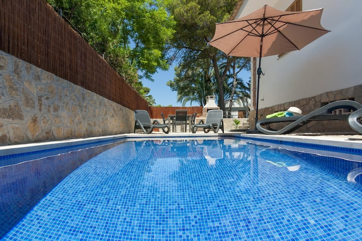 Cosy chalet with pool 100 m from the beach