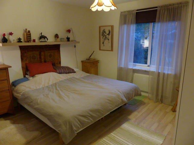 Luftigt sovrum i Grebbestad, nära till allt - Tanum V - Appartement