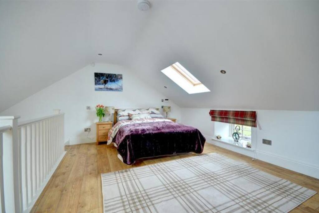 Vaulted Bedroom, Laminate Flooring & Access To The Bacony. Sonos & TV!