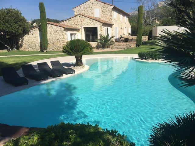Mas de standing en Provence avec piscine et balnéo