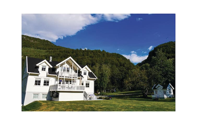 Holiday cottage with 5 bedrooms on 269 m²