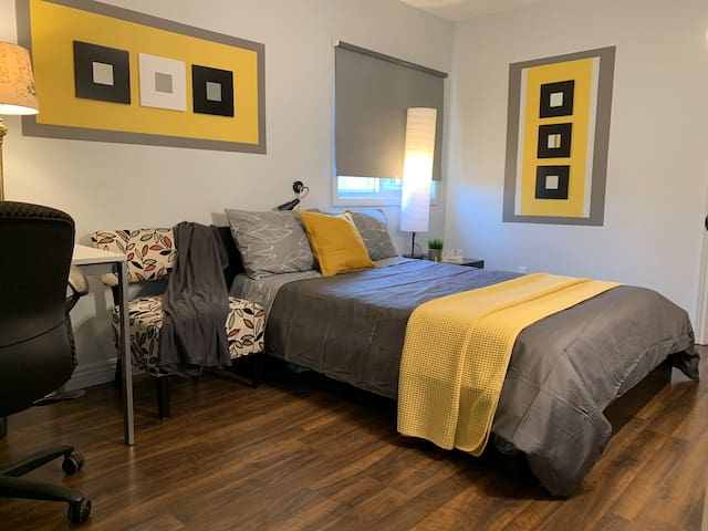 Clean Yellow Square Room near UTM and Port Credit