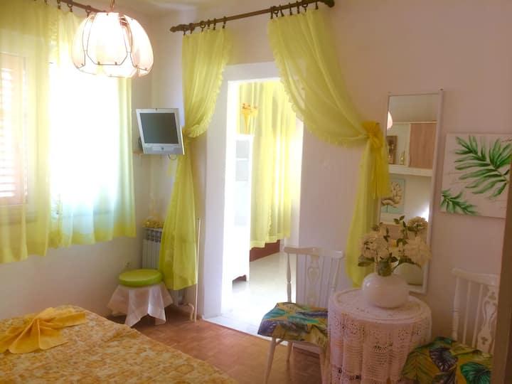 Jelsa Hvar, Yellow sun colored room