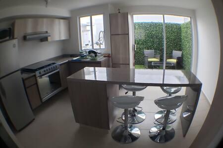 Casa nueva 2 hab-baños privados-Alberca-Rof garden