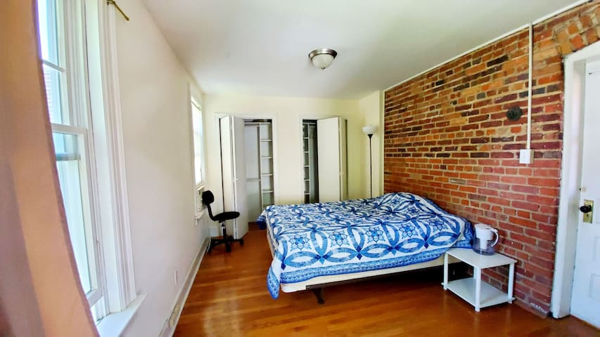 Bright bedroom next to Tenleytown & American Uni.