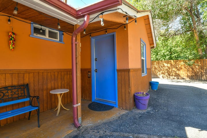 Lodge 8 - Walking distance to Main St. Shared hot tub. No Cleaning Fee