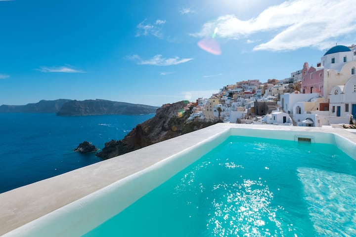 'The Big Blue' villa with Jacuzzi in Oia