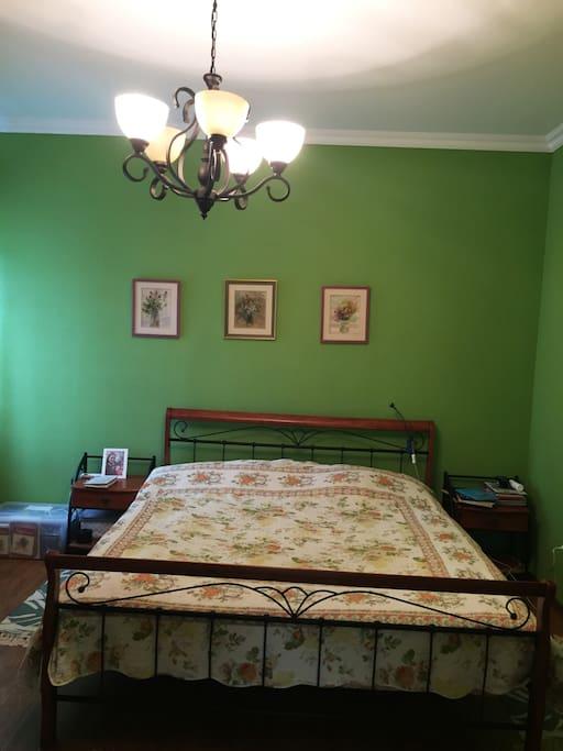 Кровать 180см, есть возможность разместить дополнительное спальное место.