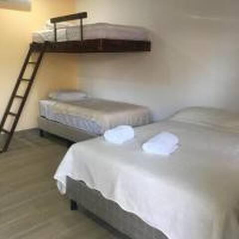 Distribucion de las camas, 1 cama queen  y 2 camas individuales