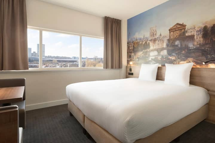 Corner Studio with King bed and spectacular city view