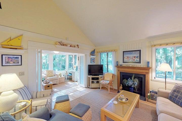 Cozy cottage w/screened porch, deck & views-near golf & beach