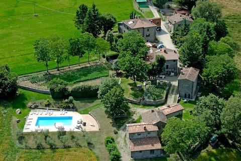 La Strada-Agriturismo con piscina, natura e relax