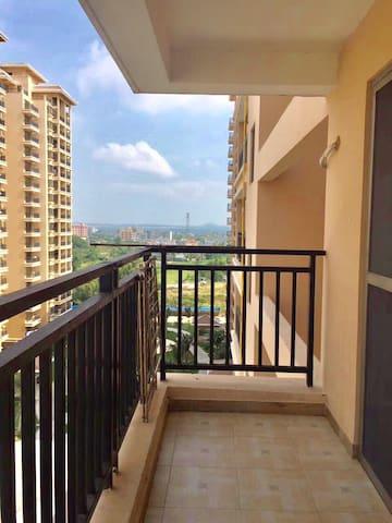 天赐南湾精装单身公寓,全景大阳台泳池免费停车。