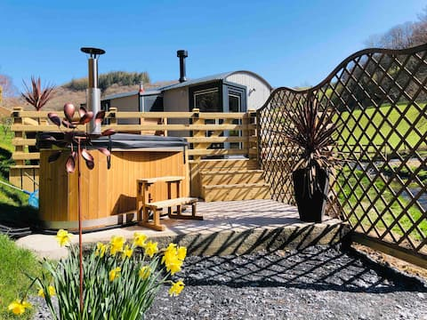 NEW Shepherds Hut with HOT TUB streamside retreat