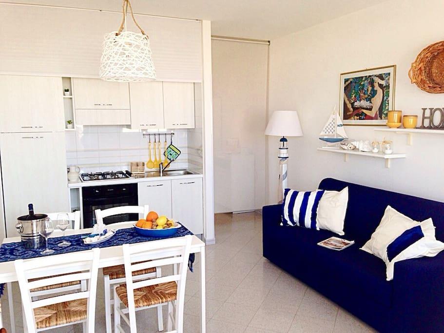 cucina/soggiorno con divano letto matrimoniale (living room/kitchen with sofa bed queen size)
