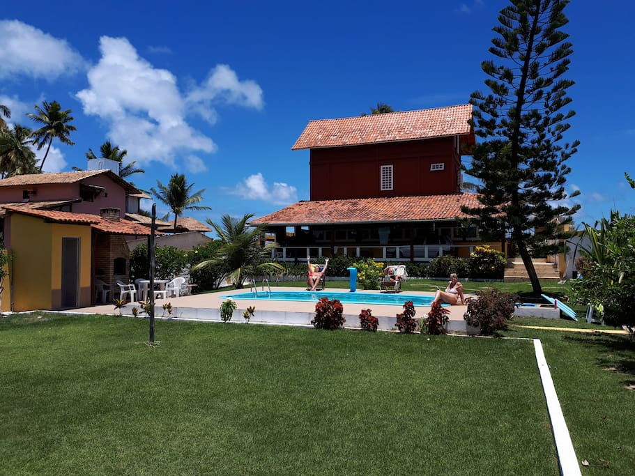 Grande giardino interno con piscina, banhero e churrasco.