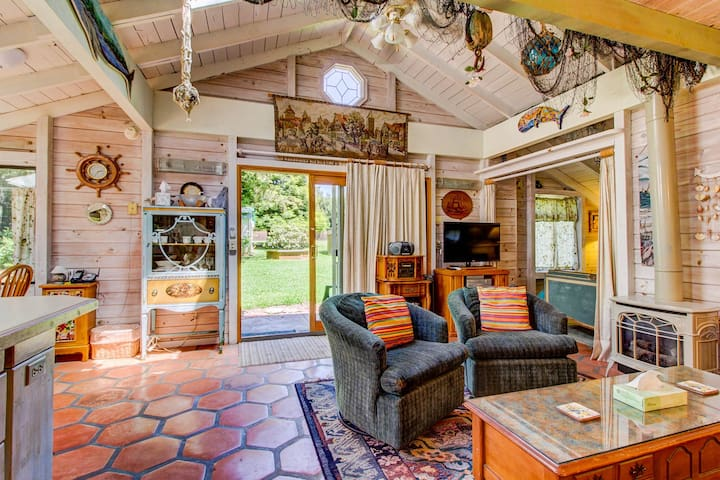 Dog-friendly cabin w/park & beach access; private hot tub, fireplace & firepit
