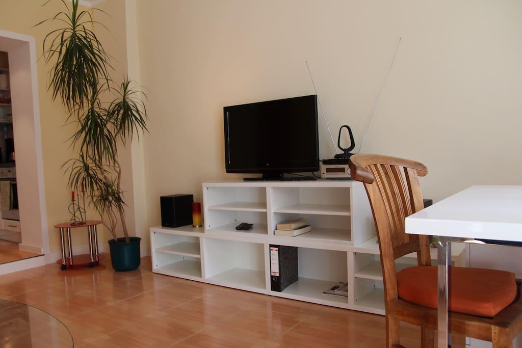 TV mit Stereoanlage und Blue-Ray Player