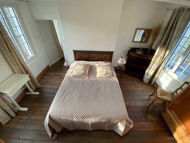 Chambre 1 (lit double 160x200, 2 chaises, armoire avec cintres, petit bureau)