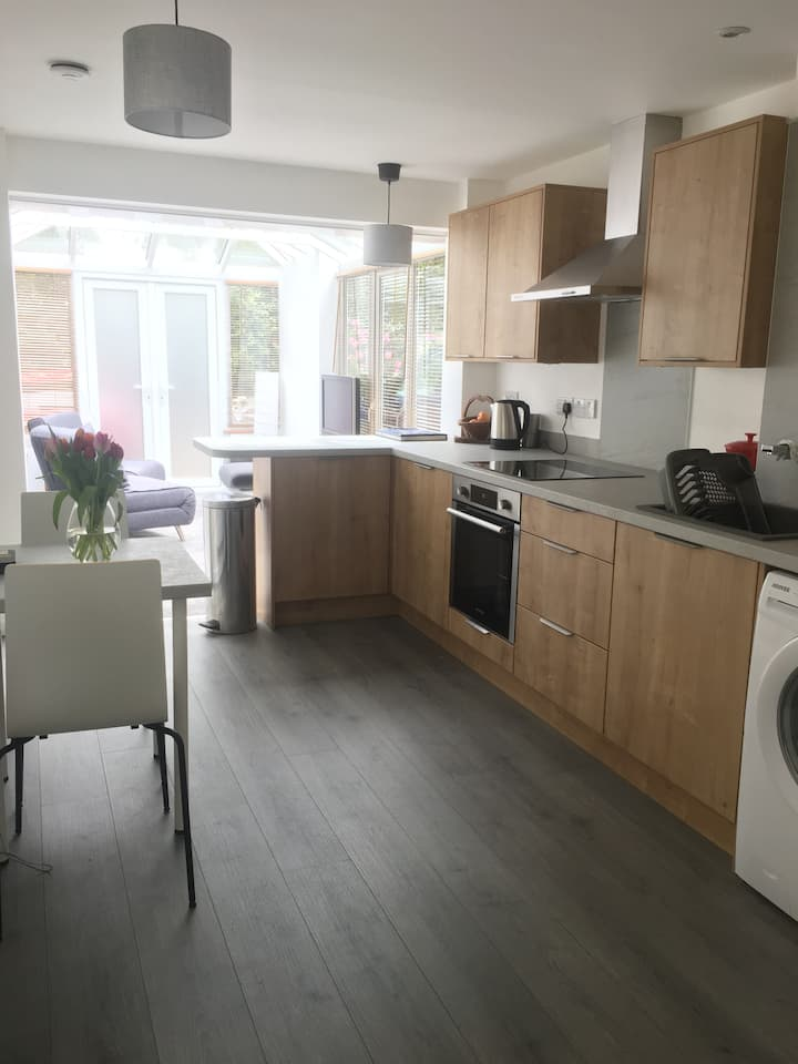 Private self-contained Annexe, close to University