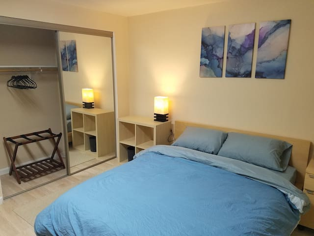 COZY BEDROOM IN THE MISSION - 15 MIN TO SFO/DTOWN!