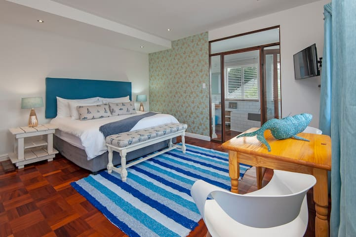Spacious Central Room with Full Breakfast and Pool