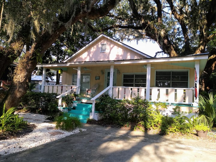 Easy access cottage to beach and shopping.