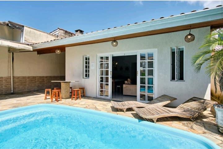Casa com piscina ar cond. e wi-fi, 80 mtrs do mar