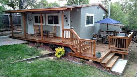 Private Cottage - Walk to Broadmoor & Seven Falls!