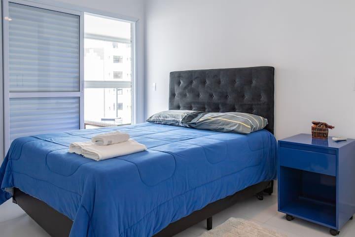 Suíte 1 (cama de casal, guarda roupa e ar condicionado)
