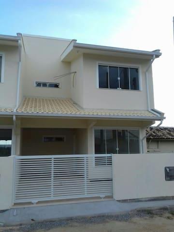 Duplex Aconchegante e ótimo acesso as Praias! Ap01