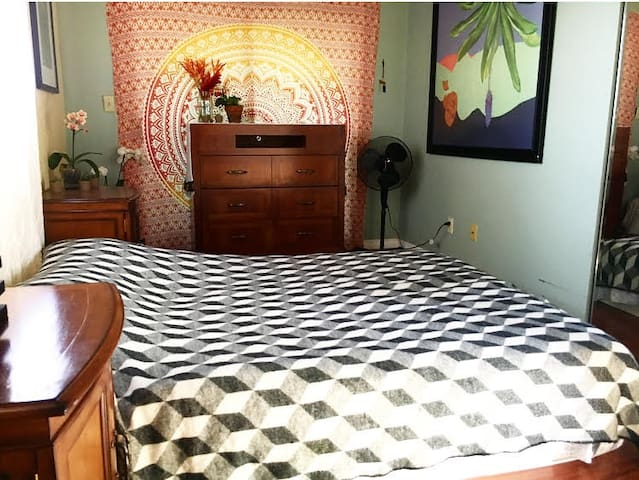 Peaceful Bedroom in a charming duplex Makawao town
