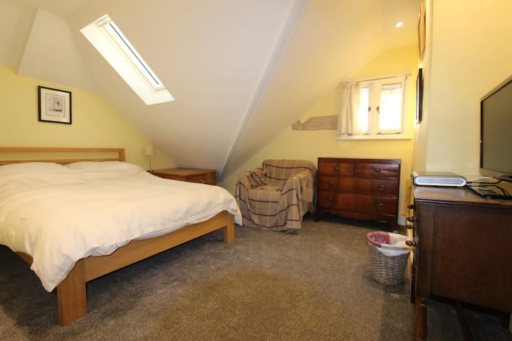 Bright Loft Double Bedroom in Kingston-upon-Thames