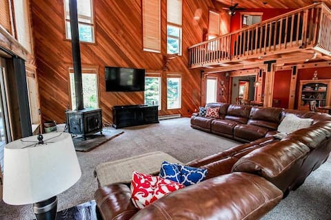 Large 5 bedroom 5 bath Cabin for 16+ guests!