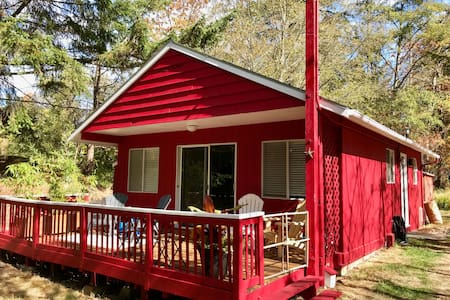 Cute & Cozy Red Cottage (not taking new bookings)