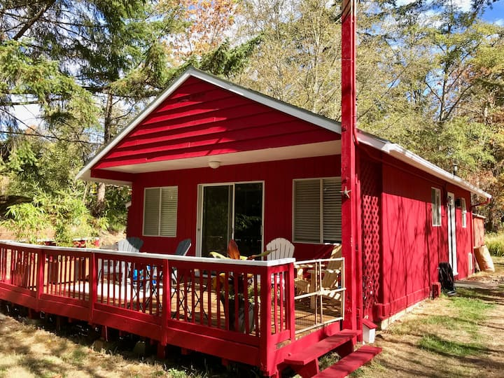 Cute & Cozy Red Cottage