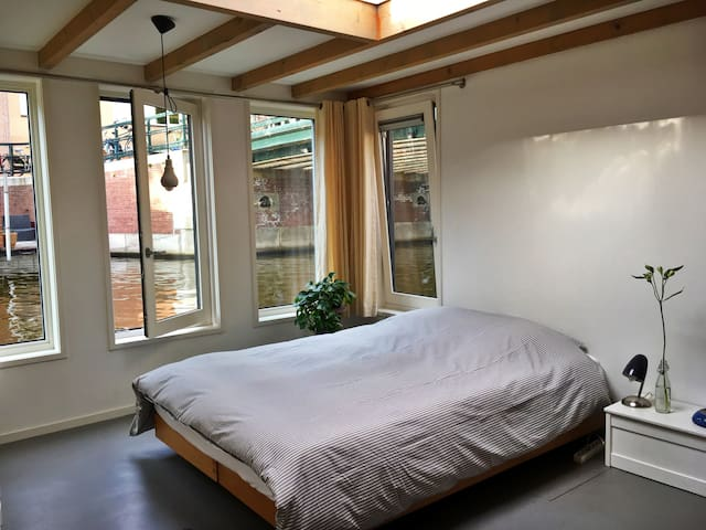 Room on an Amsterdam houseboat