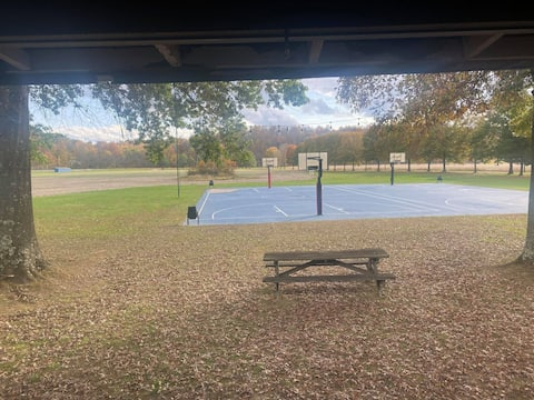 Cabin on the courts: 2 Bedroom, quiet and clean.