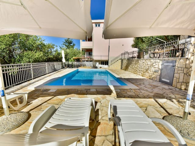 Poolside 2-room home in Maslenica