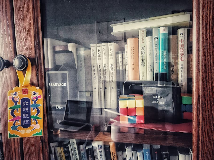 四扇橡木书柜,阅读请归位。