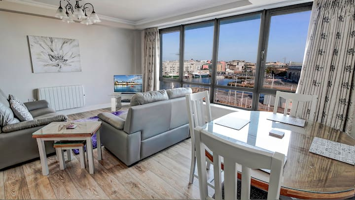 PENTHOUSE with Harbour and Panoramic Water Views. Private Rooftop Terrace. Family Friendly. Free Parking