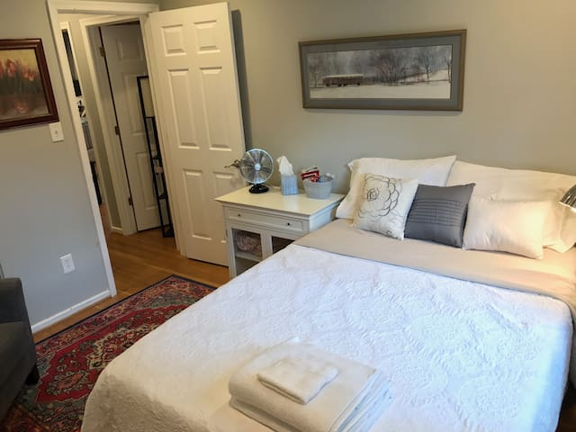 charming bedroom walking distance to Mount Vernon