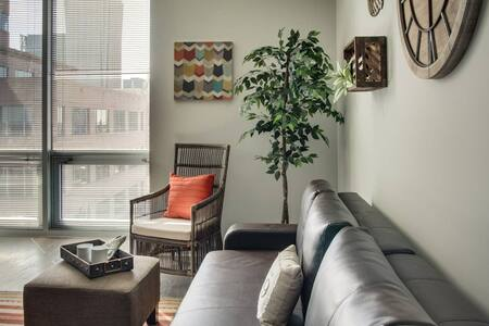 Incredible 1br Uptown High-rise Near Everything!