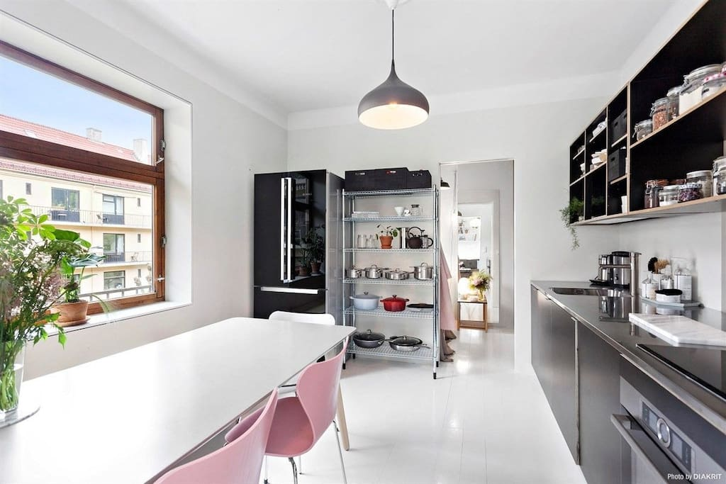 Nice and open kitchen with a big table (different chairs!)