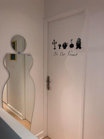 Porte d'entrée de la chambre «Be our guest»