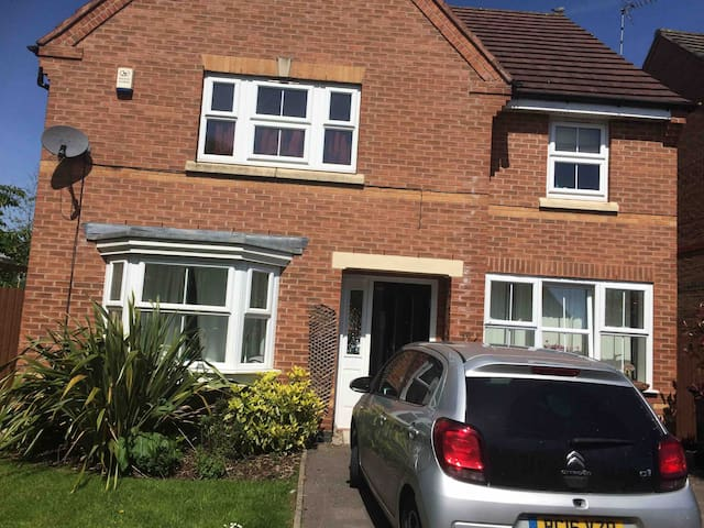 Double room, detached house.Near Uni.