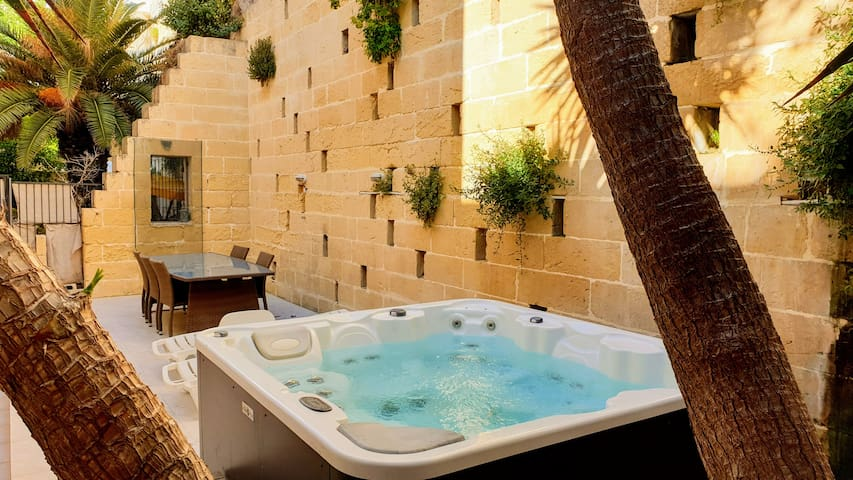 Private Room - Seaside Apartment with Jacuzzi